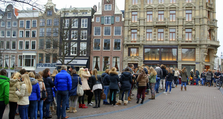 Apparently, Dutchies can be obedient little queueing masters when a new Abercrombie & Fitch store opens in Amsterdam!